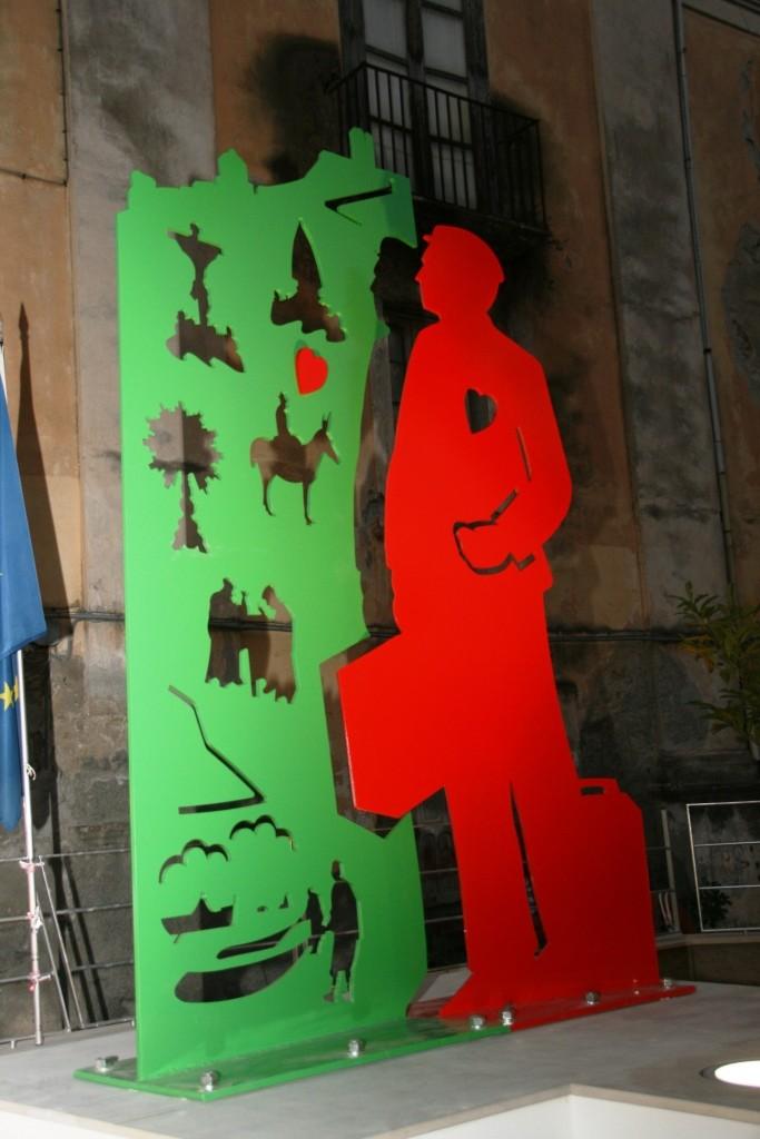 Monumento all'emigrante opera di Pedrito