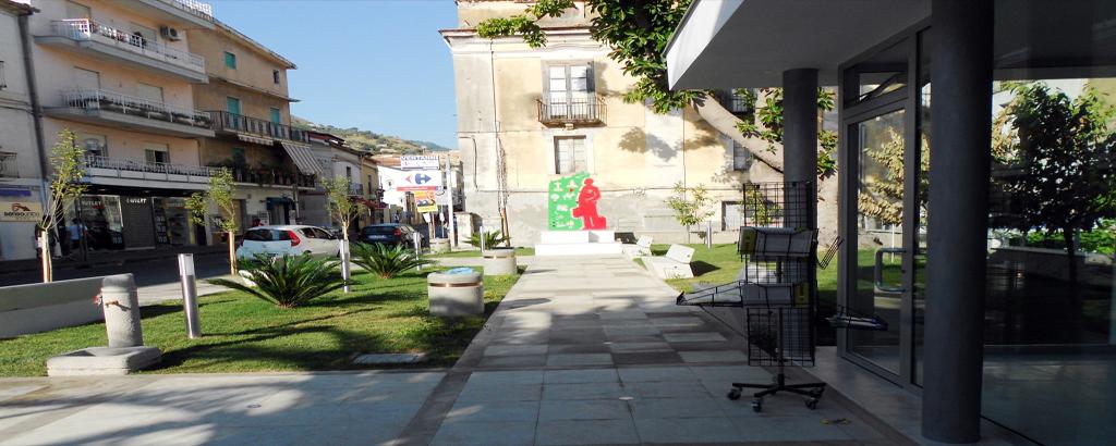 La Piazzetta con il Monumento all'Emigrante
