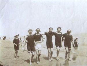 Bagni di mare negli anni 20 amanteani nel mondo - Uomini in costume da bagno ...
