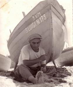 Pescatore amanteano mentre ripara le reti