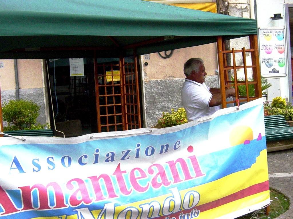 Il compianto Salvatore Natalino allestisce il gazebo per la raccolta delle firme (02.11.2006)